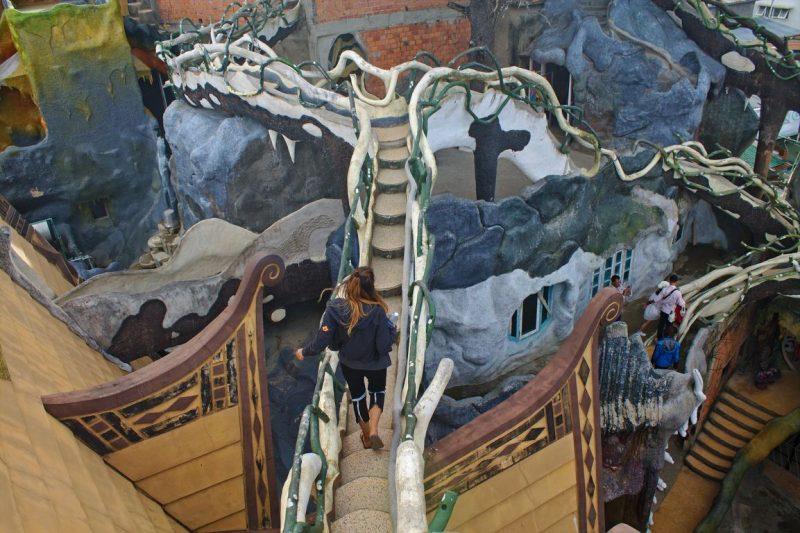 Een van de kronkelende trappen in Crazy House, Dalat