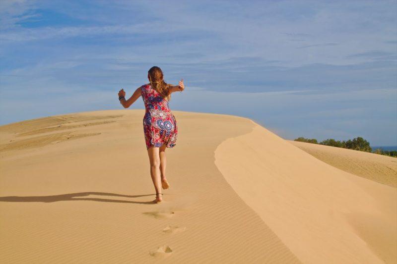 De duinen met wit zand in Mũi Né, Vietnam