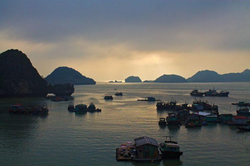Uitzicht over de Hạ Longbaai vanaf Le Pont Hostel, Cát Bà